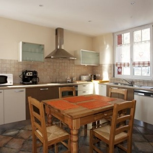 Kitchen :: Spacious kithcen with a dining table for 4