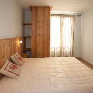 Large double bed rooom 1 with ensuite:: Large master bedroom with ensuite and storage space