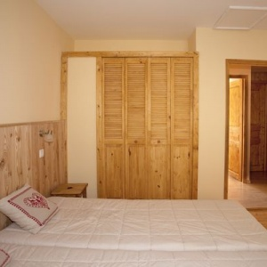 Bed room 2 - Large double bed room :: Clean bed linen is provided