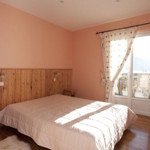 Bed room 3 - Large double bed room :: Clean bed linen is provided