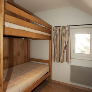 Bed room 4 :: Compact bedroom with a bunk bed